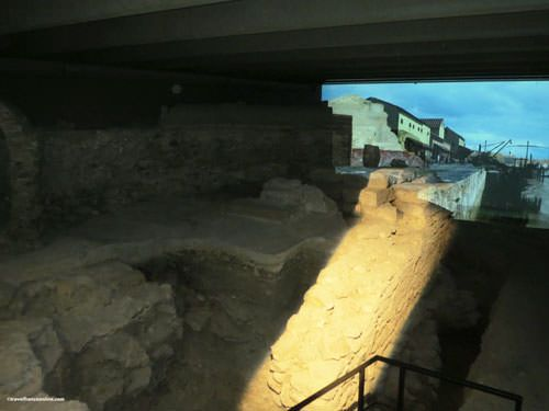 Archaeological Crypt Notre Dame - Large section of the Gallo-Roman rampart and artist impression
