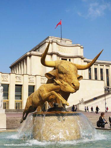 Palais de Chaillot - Bull head and deer statues on Fontaine de Varsovie
