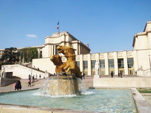 Palais de Chaillot - Fontaine de Varsovie - Dog and horses heads
