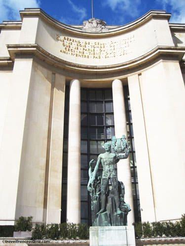 Palais de Chaillot - Verses of Paul Valery on pediment