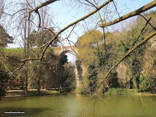 Pont des Suicides in Parc des Buttes Chaumont