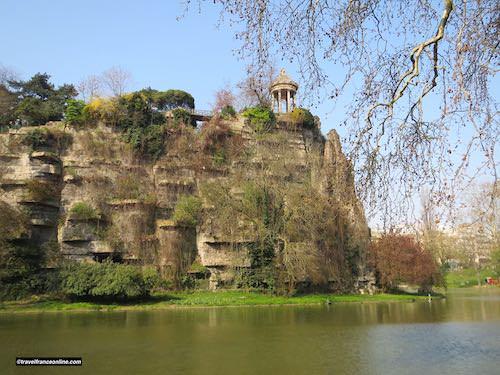 Temple de Vesta and lake in Parc des Buttes Chaumont
