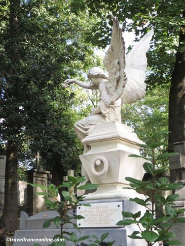 Pere Lachaise - Grave with an angel