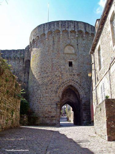 Dinan - Porte du Jerzual seen from Rue du Petit Fort