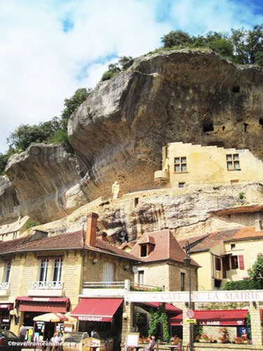 Village houses and fortress-museum - Les Eyzies de Tayac Sireuil