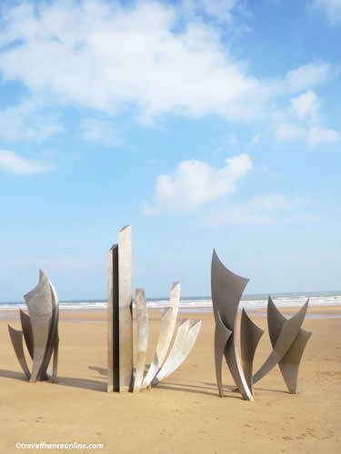 Les Braves Memorial sculpture on Omaha Beach
