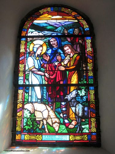 Eglise du Graal in Trehorenteuc- stained=glass window