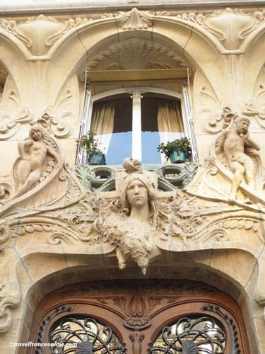 29 Avenue Rapp - Sculptures above the door