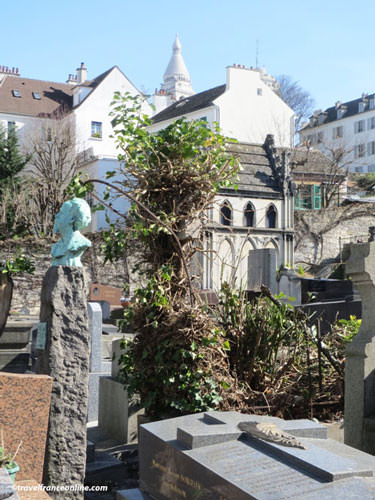Saint-Vincent Cemetery and the Sacré-Coeur in the background