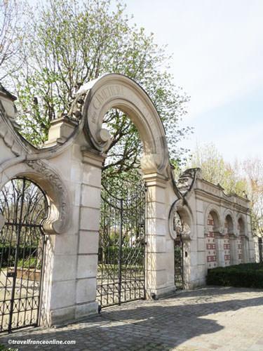Cimetiere des Chiens - Art Nouveau entrance
