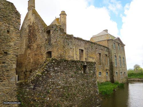 Chateau de Gratot - Ruined 15th century castle and restored 18th century pavilion