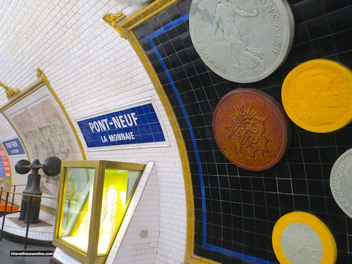 Glass cabinet and coins reprodcutions in Pont-Neuf Metro station