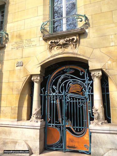 Castel Beranger - Guimard plaque on entrance