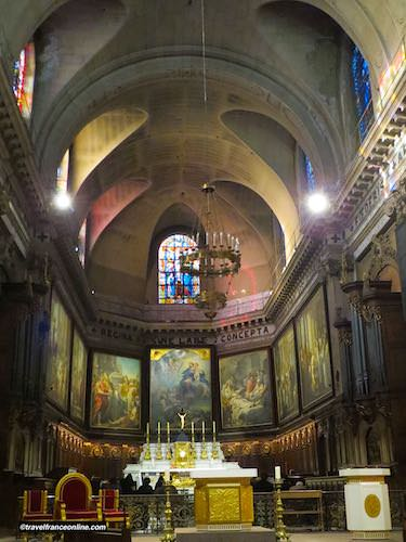 Chancel with canvases by Vanloo in Notre Dame des Victoires Basilica