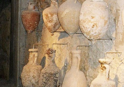 Ancient wine amphorae to transport Bordeaux wines